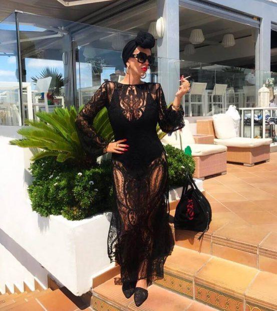 Raluca Bădulescu, apariție spectaculoasă la plajă. S-a îmbrăcat în negru din cap până în picioare