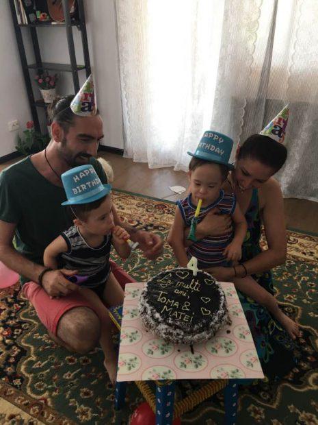 """Gemenii Cristinei Bălan au împlinit 4 ani. Imagine emoționantă cu Toma și Matei de ziua lor. """"Au desfăcut cadourile"""""""