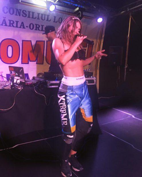 Corina Bud nu mai are nicio rușine. Cum a urcat pe scena din Sântămăria-Orlea