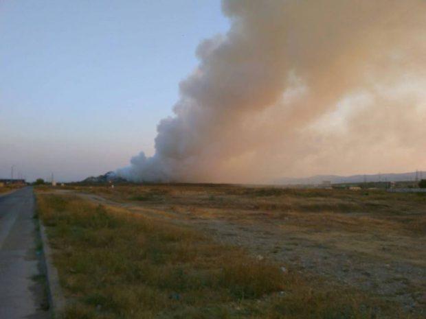 Incendiu la o groapă de gunoi din Bacău. Pompierii intervin cu 6 autospeciale