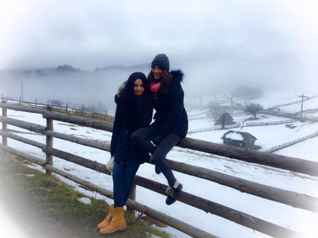 Corina Caragea și Ramona Păun la munte, iarna
