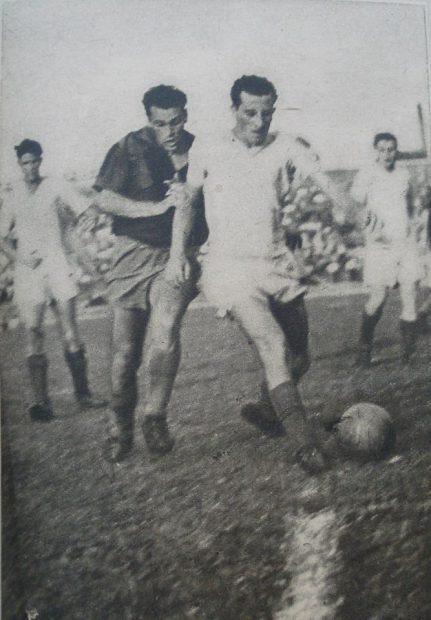 Victor Moldovan (stânga), într-un duel cu Lazăr, într-un meci cu Dinamo Orașul Stalin