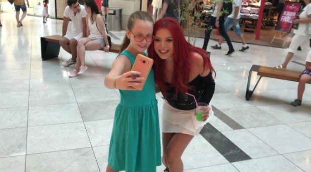 Elena a făcut multe fotografii cu fanii întâlniți în mall