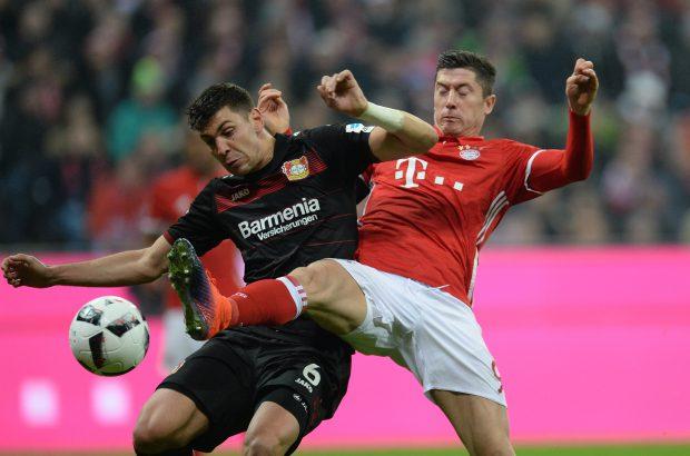 Robert Lewandowski (dreapta), atacantul lui Bayern, în duel cu Aleksandar Dragovic, mijlocașul lui Leverkusen. (FOTO: EPA)