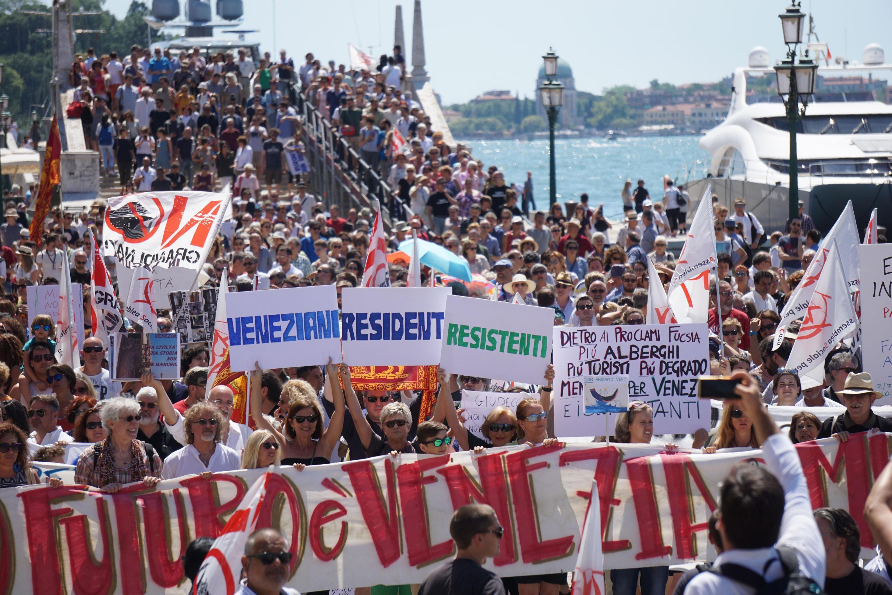 După Barcelona și Veneția, mai multe orașe europene au declarat război turiștilor