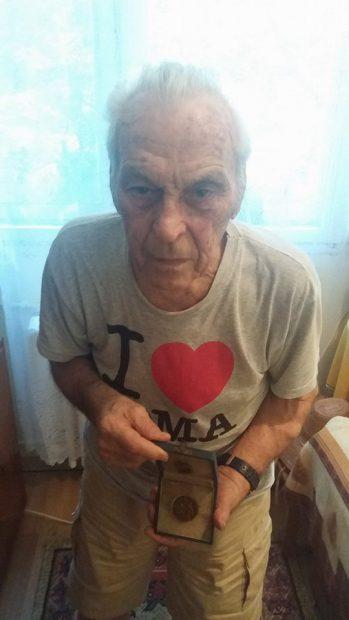 Victor Iuliu Moldovan (90 de ani) își prezintă cum mândrie o medalie de demult