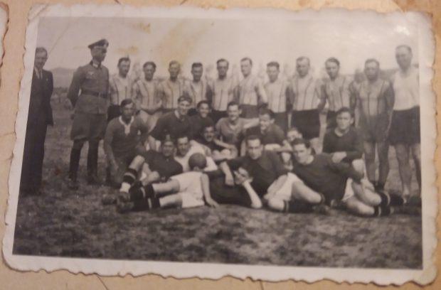 În imaginea îngălbenită de vreme se vede clar, în partea stângă, ofițerul SS care a asistat la meciul dintre Spartac Gherla și nemții ajunși cu linia frontului acolo. Germanii erau în tricouri închise