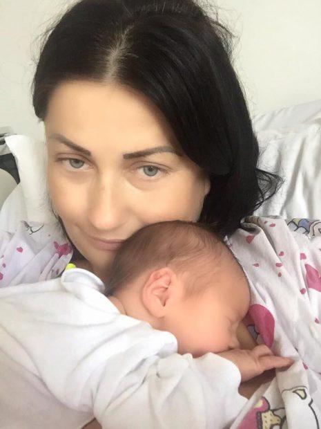 Gabriela Cristea, complet nemachiată pe patul de spital. Imagine emoționantă cu fetița la piept