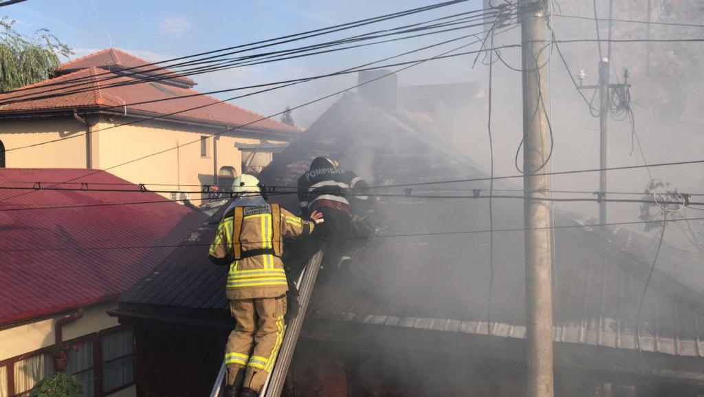 Incendiu în Capitală, în Sectorul 4. Două case, cuprinse de flăcări / FOTO