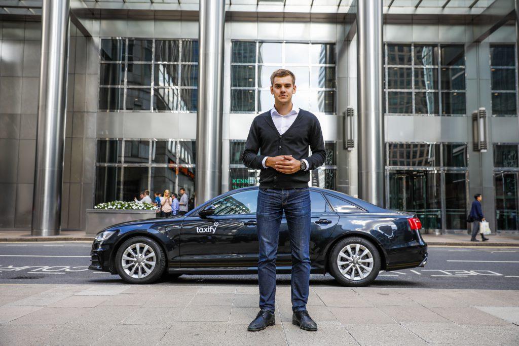 Markus Villig, fondator și director executiv Taxify. Markus Vilig în fața unei mașini