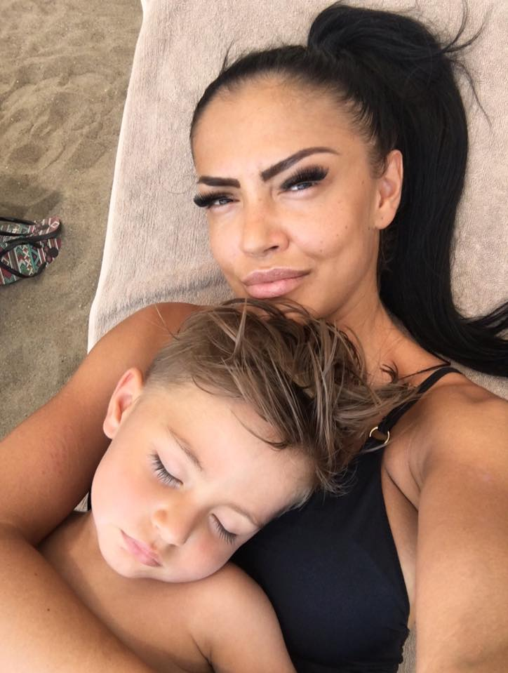 """VIDEO EXCLUSIV/ Andreea Mantea nu-și crește fiul """"după manual"""": """"Da, i-am aruncat suzeta la gunoi, dar a plâns și i-am dat-o înapoi!"""""""