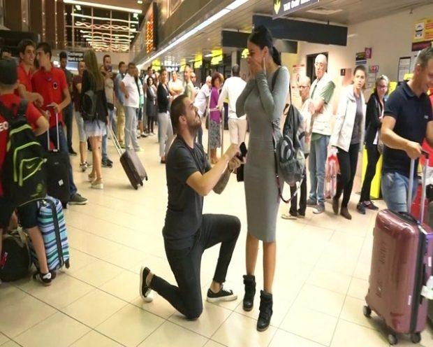 Fiica lui Florin Salam a fost cerută în căsătorie în aeroport. Moment emoționant