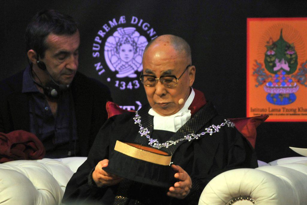 Richard Gere a adormit în timpul ceremoniei în care Dalai Lama a primit titlul de Doctor Honoris Causa la Pisa