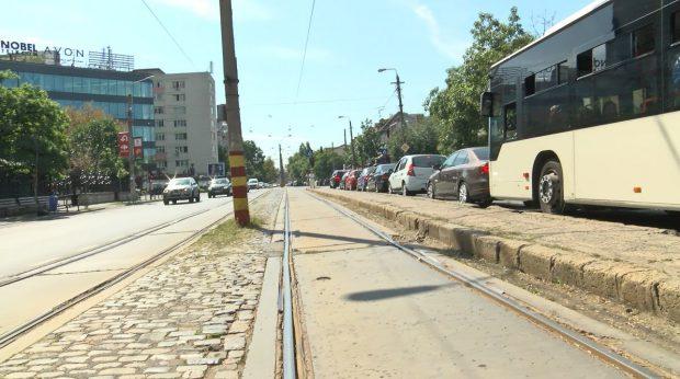 Peroanele-capcană Mii de călători sunt zilnic în pericol de moarte pentru că sunt obligați să aștepte tramvaiele pe petice din beton, printre mașinile care ciculă în viteză la doi pași ei
