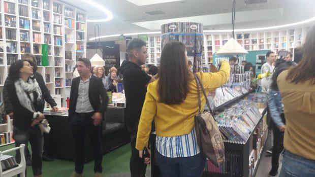 Ștefan Bănică Jr. a întârziat la lansarea albumului. Zeci de oameni l-au așteptat mai bine de o oră