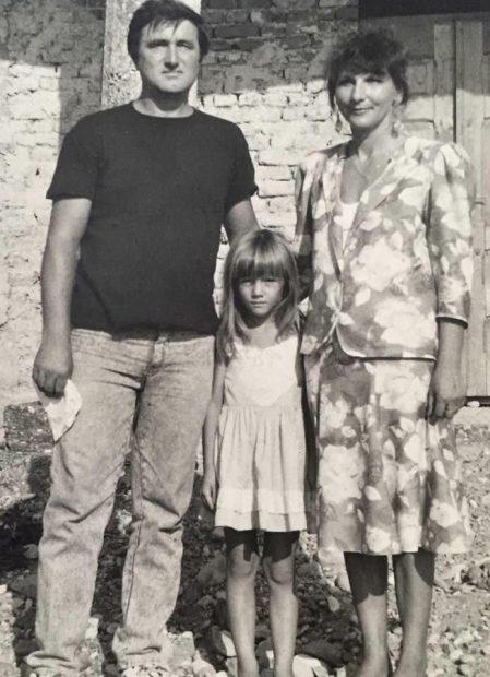Adela Popescu in copilarie, cu parintii
