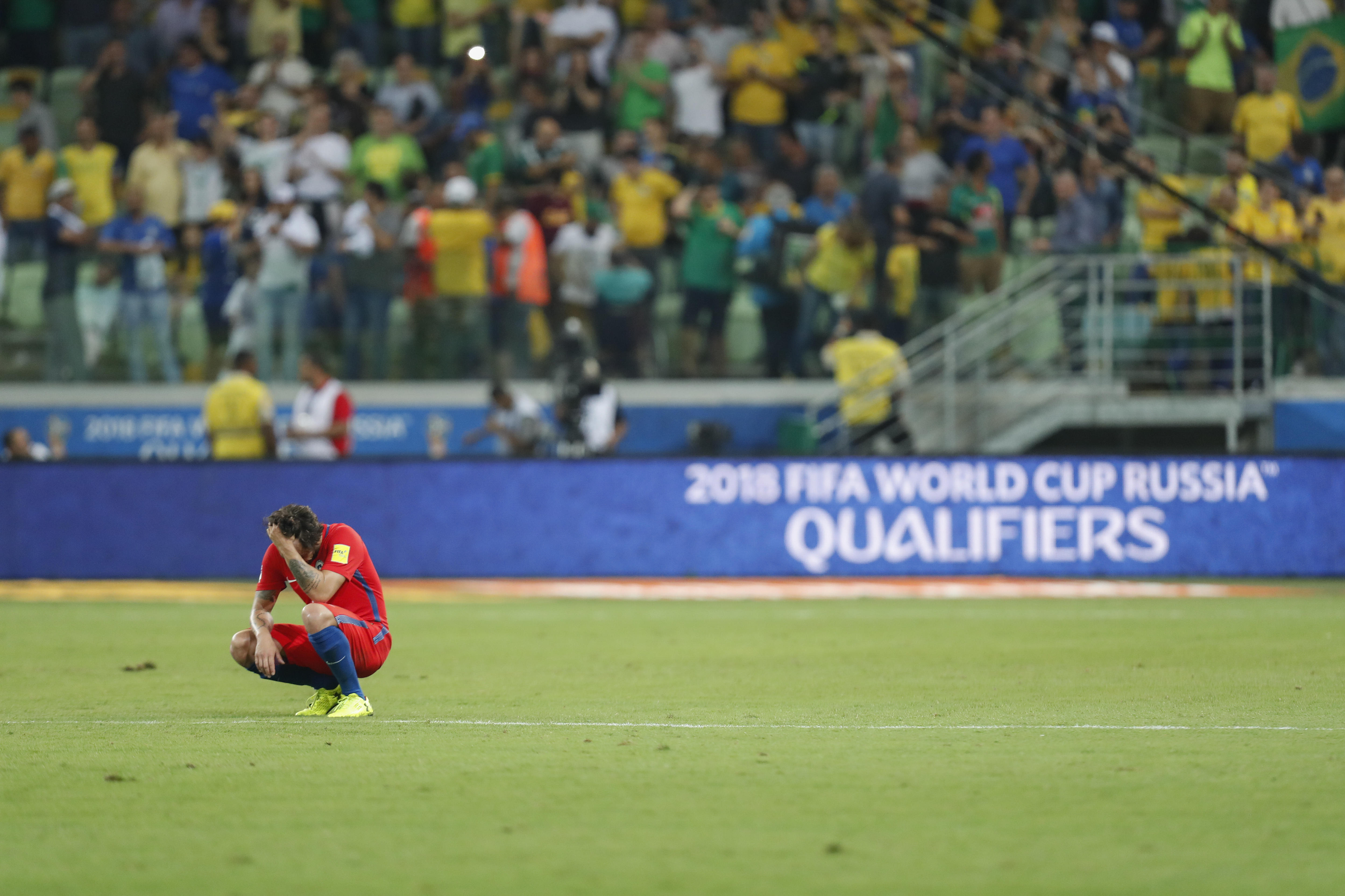 Jorge Valdivia, mijlocașul naționalei din Chile, și-a pus mâinile în cap după ratarea calificării la CUpa Mondială 2018. (FOTO: EPA)
