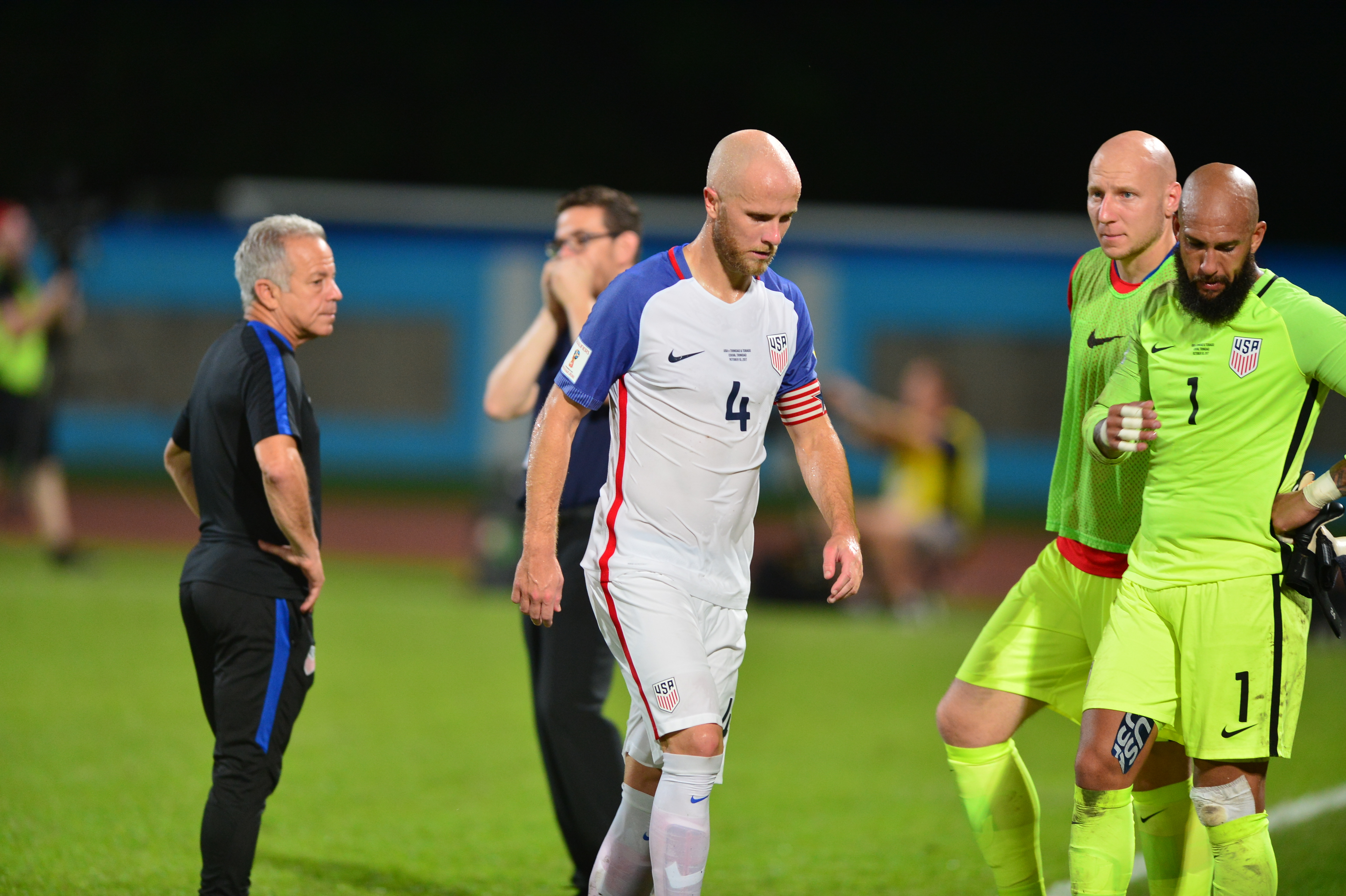 Lui Michael Bradley (centru) și celorlalți fotbaliști din naționala SUA nu le vine să creadă că vor privi Cupa Mondială din Rusia la televizor. (FOTO: EPA)