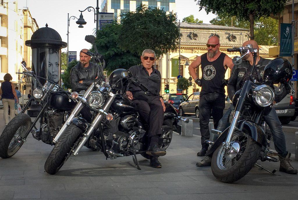 Mitică Popescu, pe motor la 80 de ani. A conversat cu bikerii despre cursele ilegale