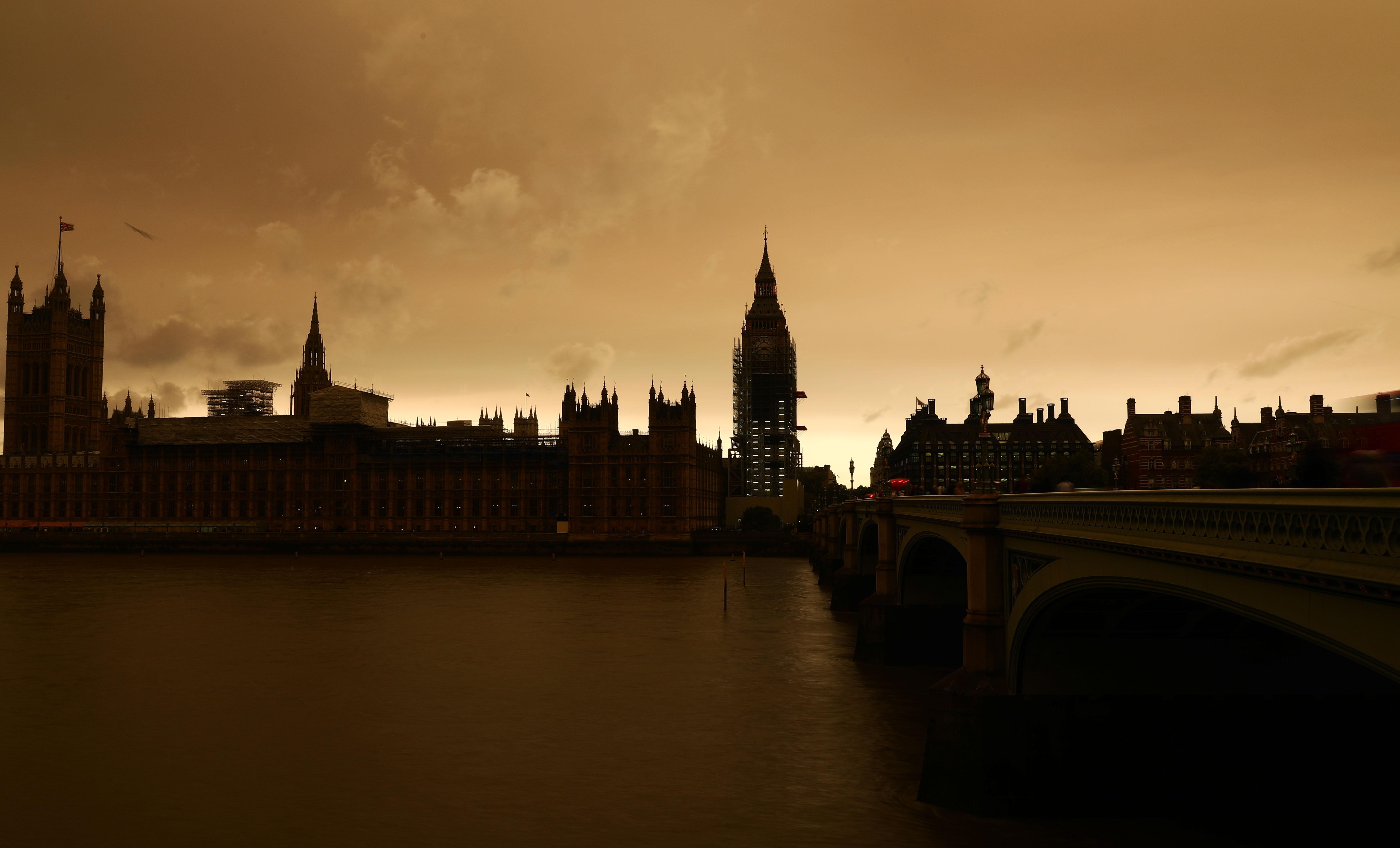 Apocalipsă la Londra: Cerul s-a făcut roșu și s-a întunecat