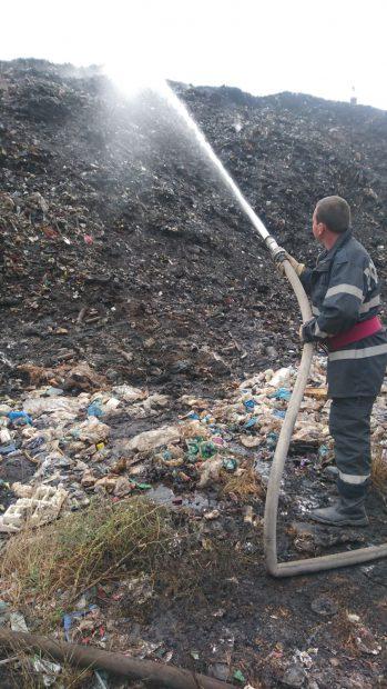 UPDATE: Flăcări şi fum și la rampa de gunoi a municipiului Tecuci, după incendiile de la depozitele de deșeuri din Cluj și Brașov