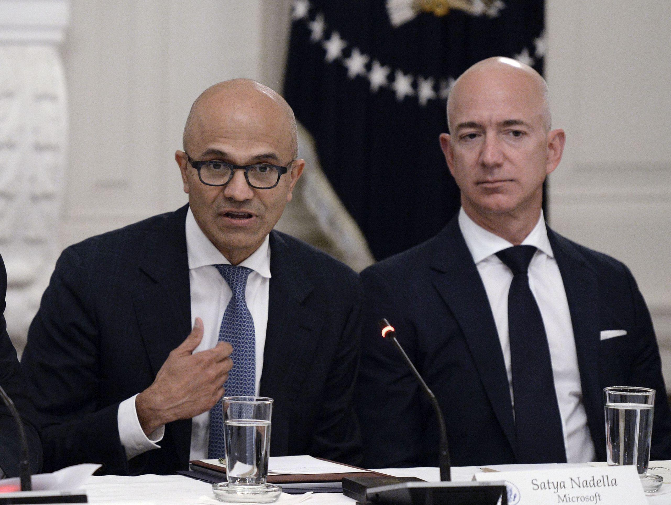 Un trib de indieni americani a dat în judecată Amazon și Microsoft. Satya Nadella, directorul general al Microsoft (stânga) și Jeff Bezos, fondatorul și directorul executiv al Amazon.com (dreapta)