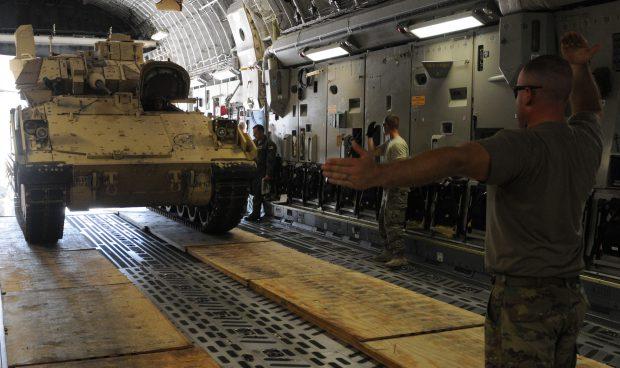 Tanc urcat intr-un avion/Foto: US Army