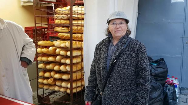 VIDEO/ Cozi la pâine ca pe vremea lui Ceaușescu. Pensionarii vin de la 4 dimineața ca să prindă bon de ordine
