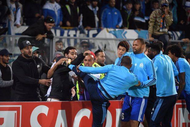 Patrice Evra a lovit un suporter cu piciorul la încălzire! Fotbalistul a fost eliminat înaintea începerii meciului / FOTO în articol