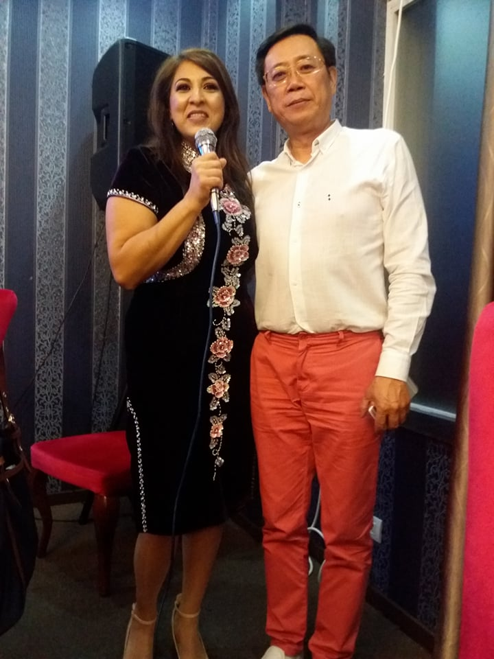 """EXCLUSIV/ O cântăreață de muzică populară din România a primit scrisoare de la Jackie Chan. """"Mi-a confirmat că iubirea e eternă"""""""