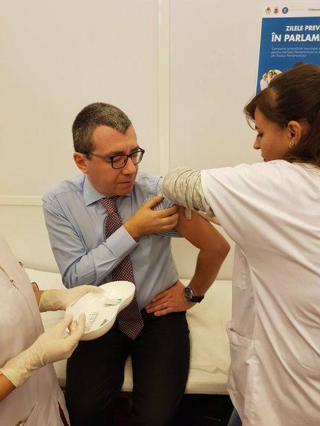 REPORTAJ / Câți aleși s-au vaccinat gratuit la Parlament. Deputat PNL: Fac naveta 500 de kilometri, dacă aș putea, aș veni pe cal la muncă (VIDEO)