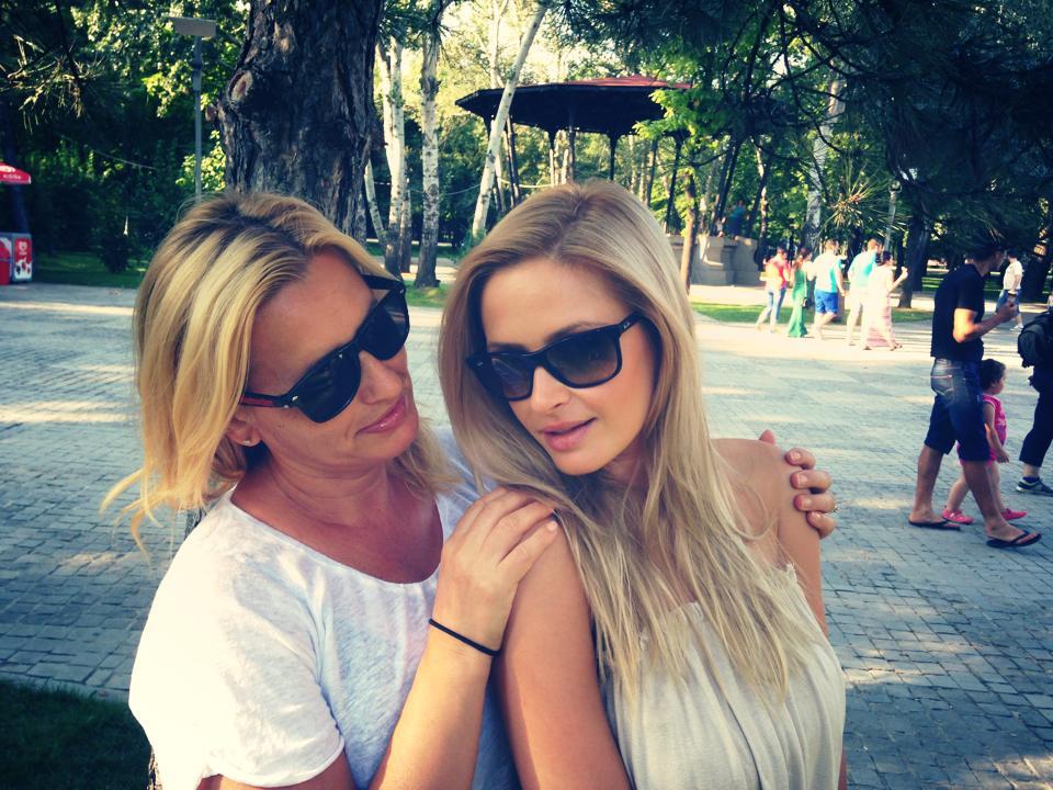 EXCLUSIV/ Alina Crișan și-a adus mama de la Cluj să o vadă pe scena Sălii Palatului. În culise, mulți le-au crezut surori!