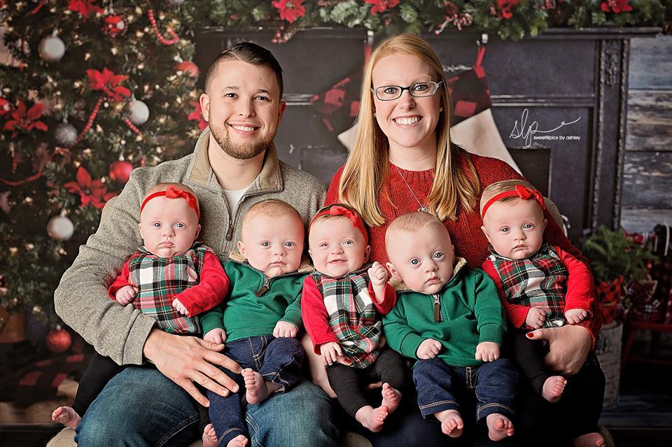 FOTO| Ședință foto inedită pentru o familie care are cvintupleți