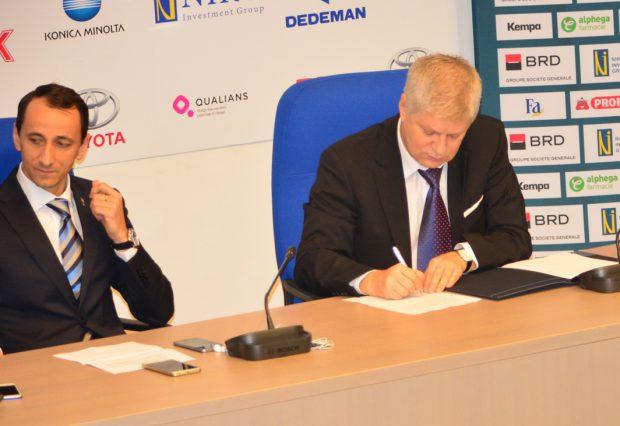 Momentul semnării protocolului, pentru noua sală de sport
