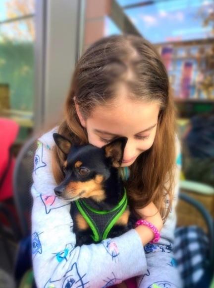 Fetița Monicăi Gabor a primit cadou un câine. Tatăl ei i-a făcut o surpriză de proporții