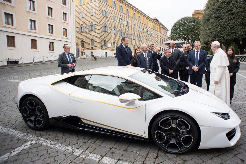 Papa Francisc vinde un Lamborghini
