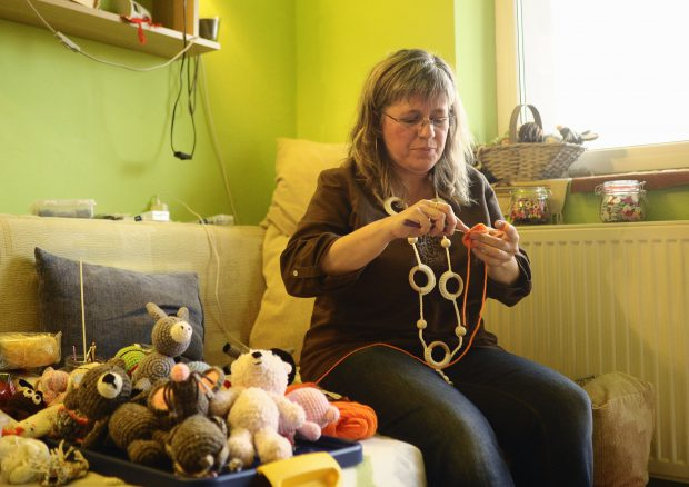 REPORTAJ: O economistă din Braşov a renunţat la cifre în favoarea jucăriilor croşetate