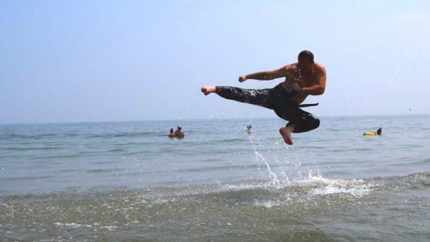Singurul om din Europa care bate cuiele cu capul este românul Iordache Lazăr, expert în arte marțiale / FOTO&VIDEO