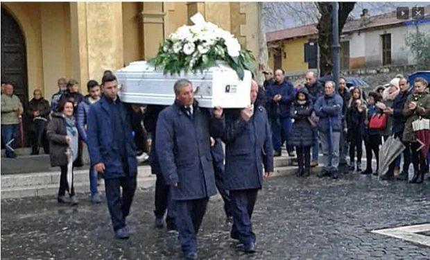 Românca de 19 ani care s-a sinucis în Italia, înmormântată într-un sicriu alb