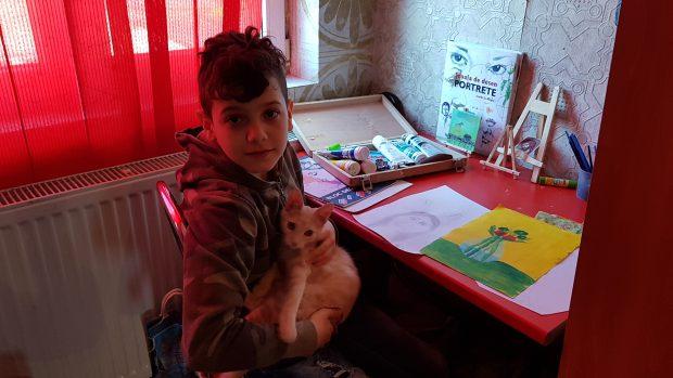Mauro, băiatul crescut de bunică are acasă două pisici