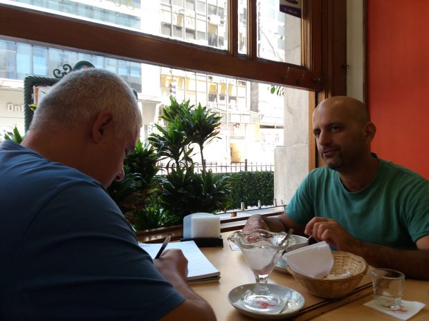 """Esteban Nughedu dreapta) și reportarul """"Libertatea"""""""