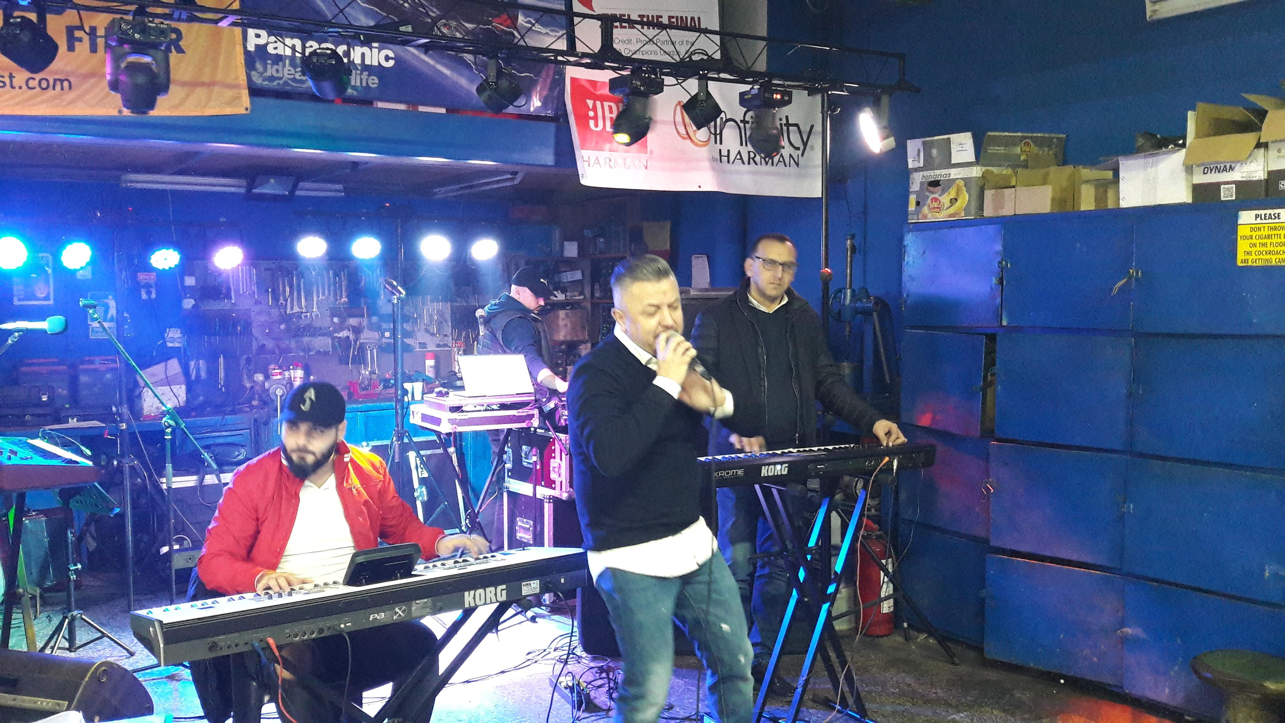VIDEO/Vali Crăciunescu, Dan Blueman și Gabi de la Oradea au cântat printre elevatoare și butoaie, într-un service auto