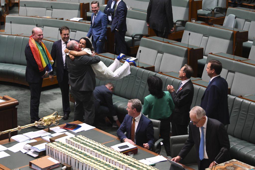 Australia a aprobat căsătoriile gay după ce camera decizională a Parlamentului a aprobat un proiect de lege privind modificarea Legii căsătoriei, scrie BBC News.