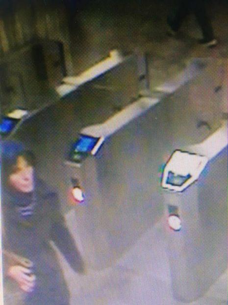 Cum arată suspecta de crimă de la metrou