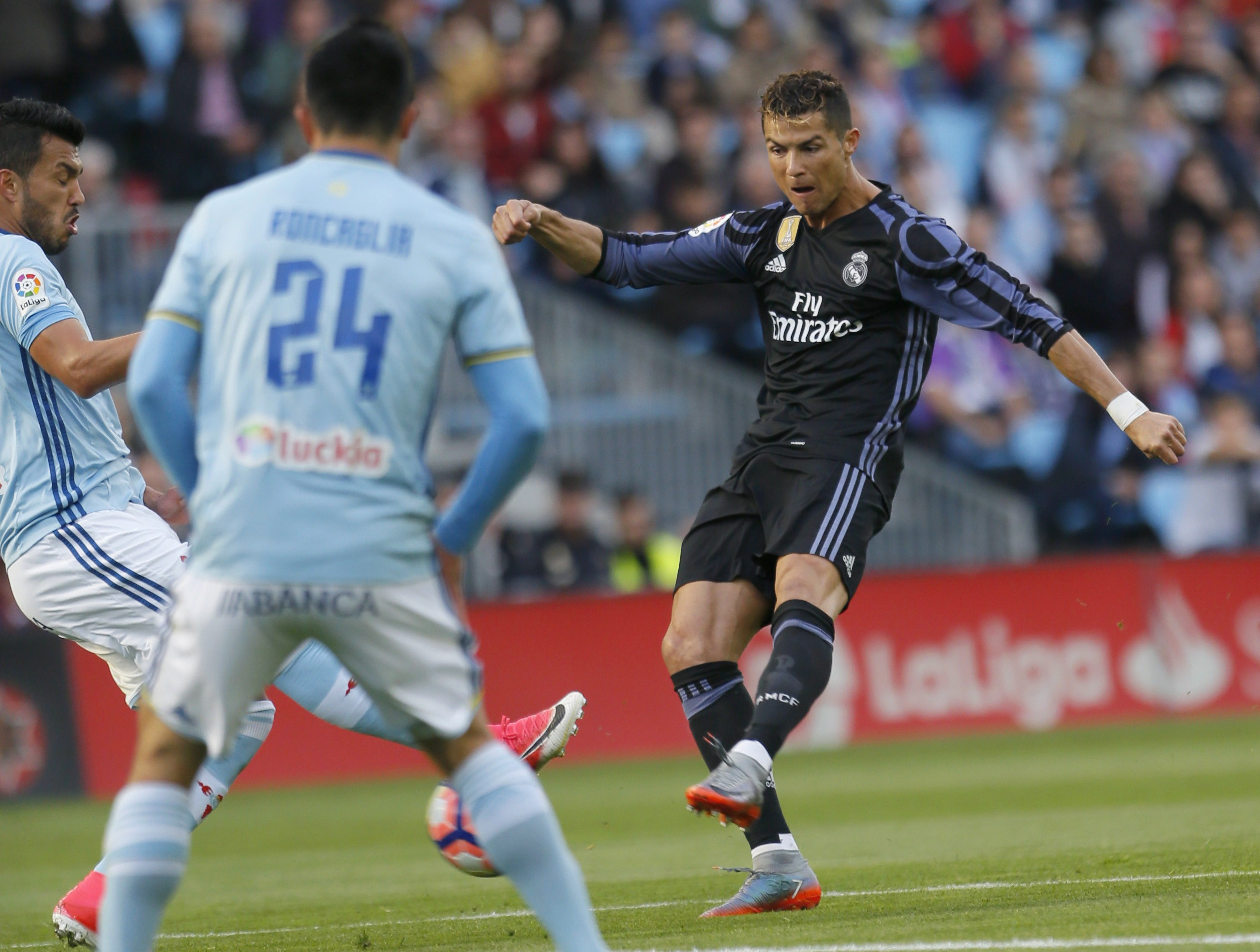 Cristiano Ronaldo (dreapta) șutează la poartă în timpul meciului Real Madrid - Celta Vigo. (FOTO: EPA)