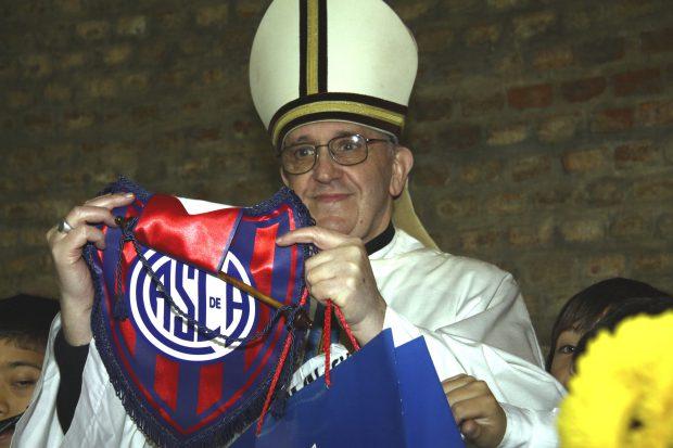 FOTO&VIDEO / Echipa pe care o iubește Papa Francisc are galeria cu cel mai bogat repertoriu de cântece. Reportaj la un meci al lui San Lorenzo despre pasiune și nebunie la marginea favelei