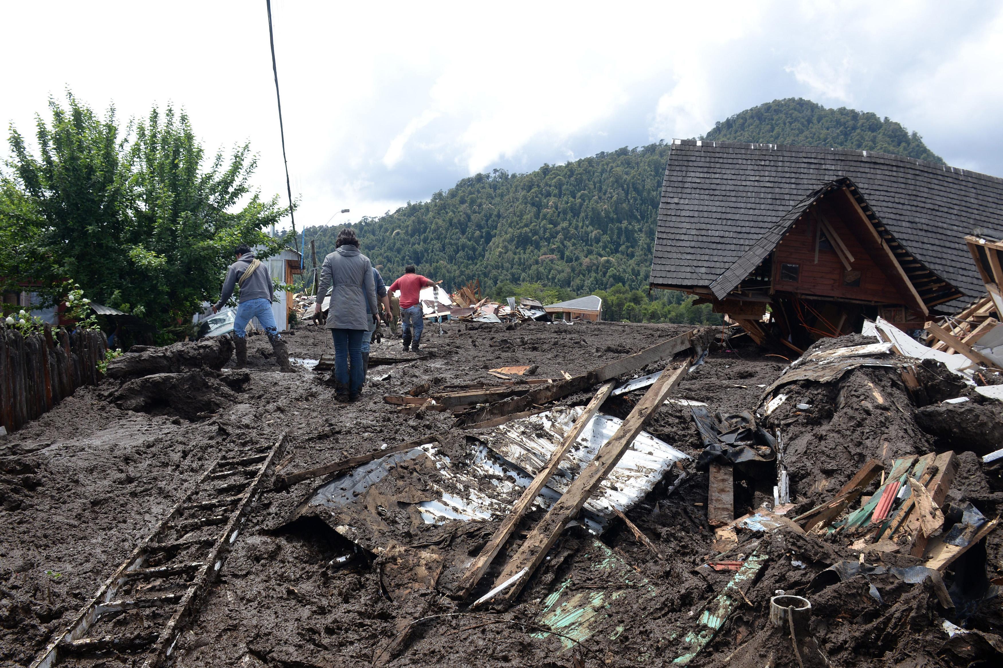 FOTO   Un sat din Chile a fost îngropat de o alunecare de teren. Cel puțin cinci oameni au murit