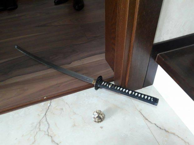 Interlopul care a atacat un polițist cu sabia nu-și regretă fapta. E acuzat de tentativă de omor