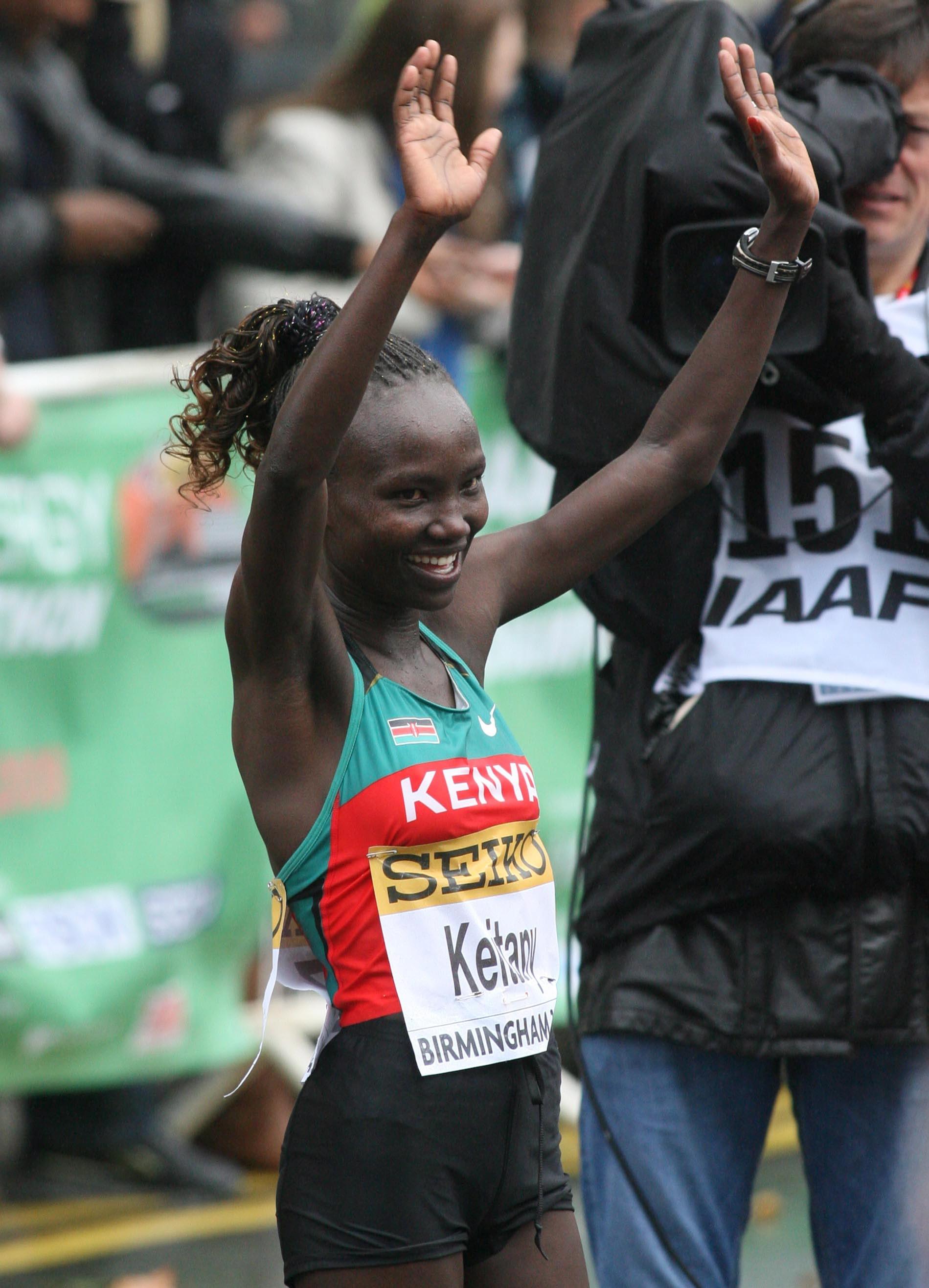 Mary Jepkosgei Keitany, salutând publicul la sfârșitul unei curse câștigate. (FOTO: EPA)