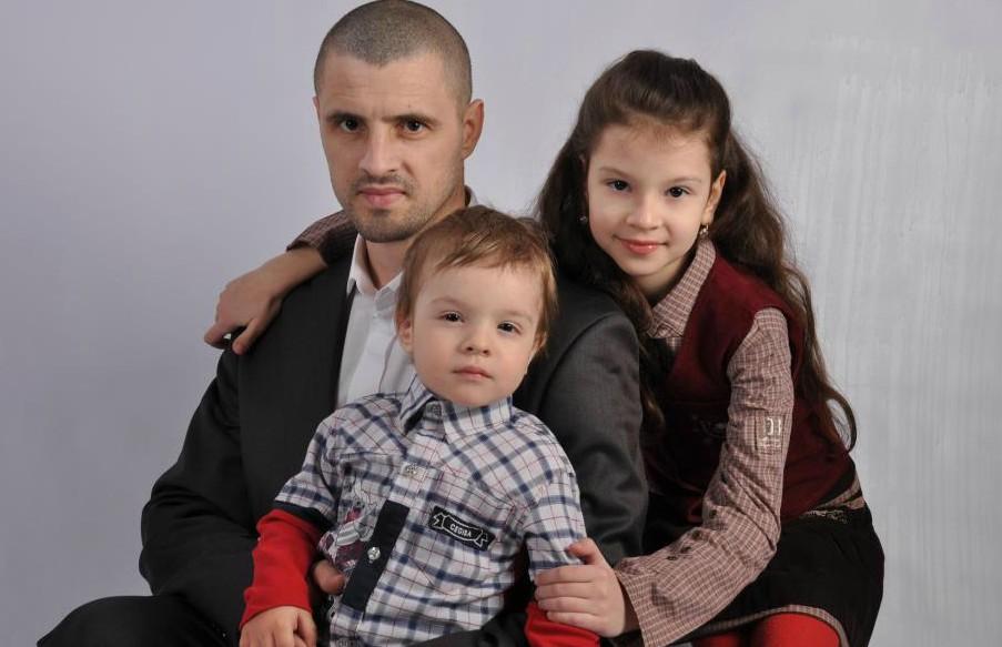 Cezar, mezinul familiei Stratan debutează cu o întârziere de cinci ani. Tododată se lansează formația Familia Stratan, un Kelly Family autohton